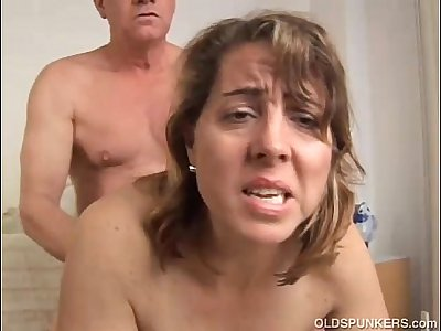 Pretty mature amateur enjoys a fuck and a facial